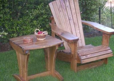 שולחן וכיסא מעץ לגינה