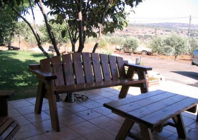 שולחן וספסל מעץ לגינה