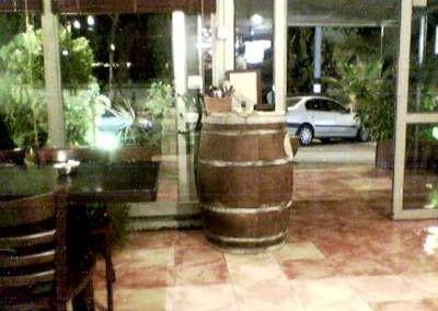 חבית יין  לנוי שהוצבה במסעדה