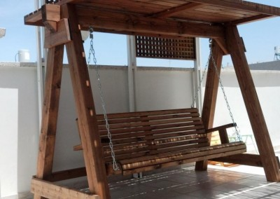 נדנדה מעץ למרפסת